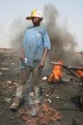 Kinder arbeiten auf der Müllkippe Agbogbloshie