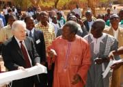 Karl Eduard Linsenmair (l.) bei der feierlichen Eröffnung des neuen Informationszentrums in Ouagadougou - Foto: Dr. Martin Wegmann