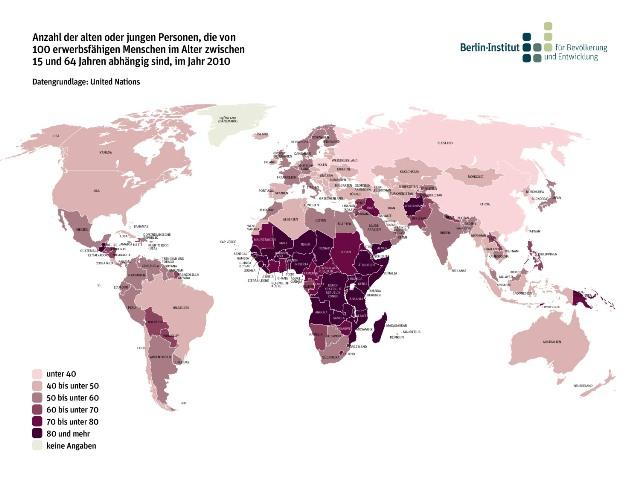 Ein demografischer Bonus ist gegeben, wenn der Großteil der Bevölkerung im erwerbsfähigen Alter ist. In den Ländern Subsahara-Afrikas ist die demografische Lage derzeit noch nicht günstig. Es gibt zu viele junge Menschen, die von der erwerbsfähigen Bevölkerung versorgt werden müssen. Der Anteil an potenziellen Erwerbspersonen ist vergleichsweise gering, das hemmt die wirtschaftliche Entwicklung. Damit eine Dividende eingefahren werden kann, ist es wichtig, in die Bildung der Kinder und Jugendlichen zu investieren - denn erst mit dem entsprechenden Humanvermögen werden aus Erwerbsfähigen Erwerbstätige.